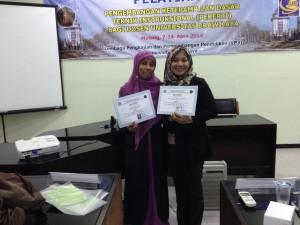 Widya Pujarama, M Communication dan Sri Handayani, S.Pd. meraih sertifikat kelulusan PEKERTI
