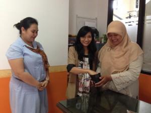 Pengundian Lucky Draw Survei Tracer Study Jurusan Ilmu Komunikasi Batch 2 tahun 2013 oleh Ibu Yuyun Agus Riani, M.Sc dan Ibu Dyan Rahmiati, M.Si